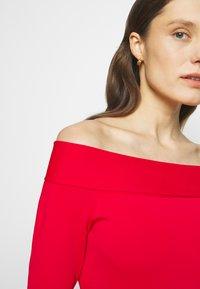 Victoria Beckham - COMPACT SHINE BARDOT FITTED DRESS - Pouzdrové šaty - red - 4