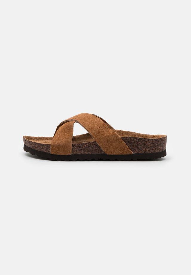 STELLA - Pantofle - chestnut