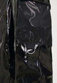 Karl Kani - SIGNATURE GLOSSY PANTS - Pantalon classique - black - 6
