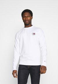 Tommy Hilfiger - CIRCLE CHEST CORP CREWNECK - Sweatshirt - white - 0