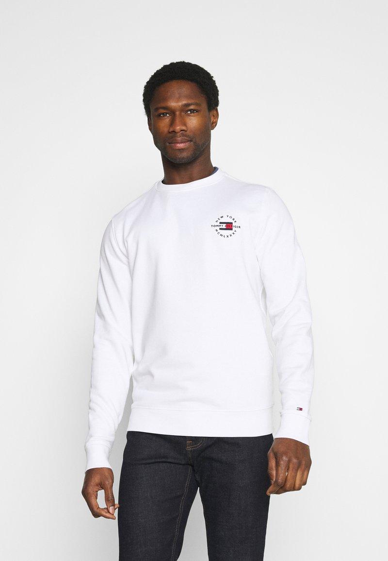 Tommy Hilfiger - CIRCLE CHEST CORP CREWNECK - Sweatshirt - white