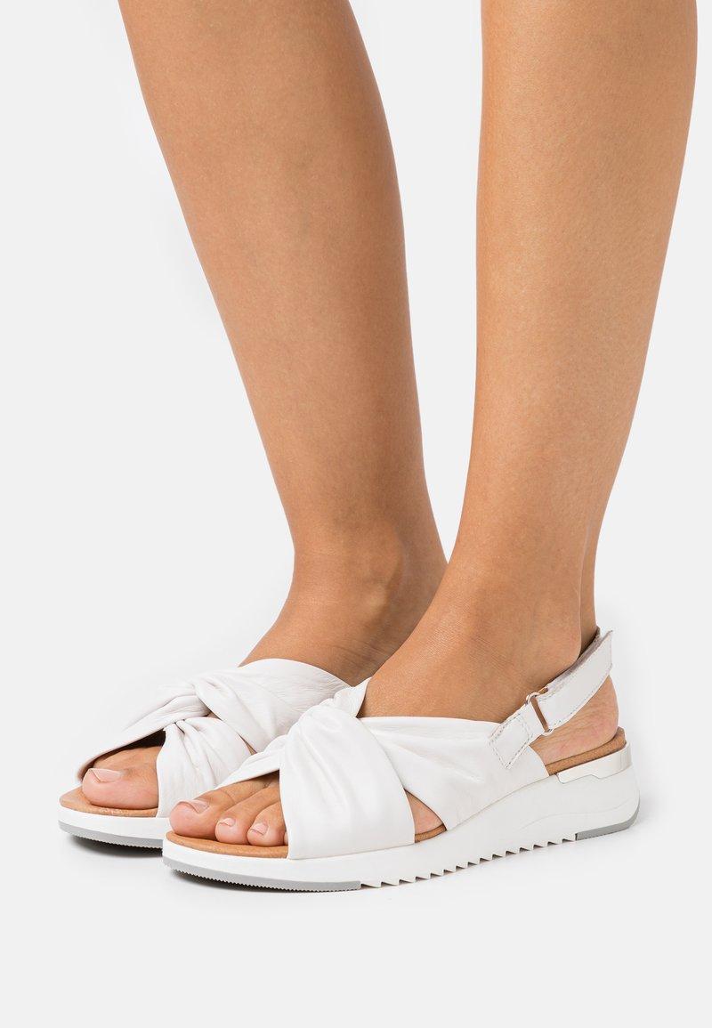 Caprice - WOMS  - Sandały na koturnie - white