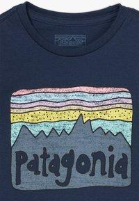 Patagonia - BABY FITZ ROY SKIES UNISEX - Triko spotiskem - new navy - 3