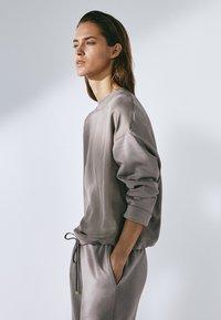 Massimo Dutti - MIT ANPASSBAREM SAUM - Sweatshirt - grey - 4