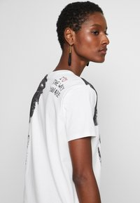 Desigual - T-shirts med print - blanco - 4