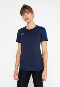 Nike Performance - DRY - T-shirts med print - obsidian/royal blue/white - 0