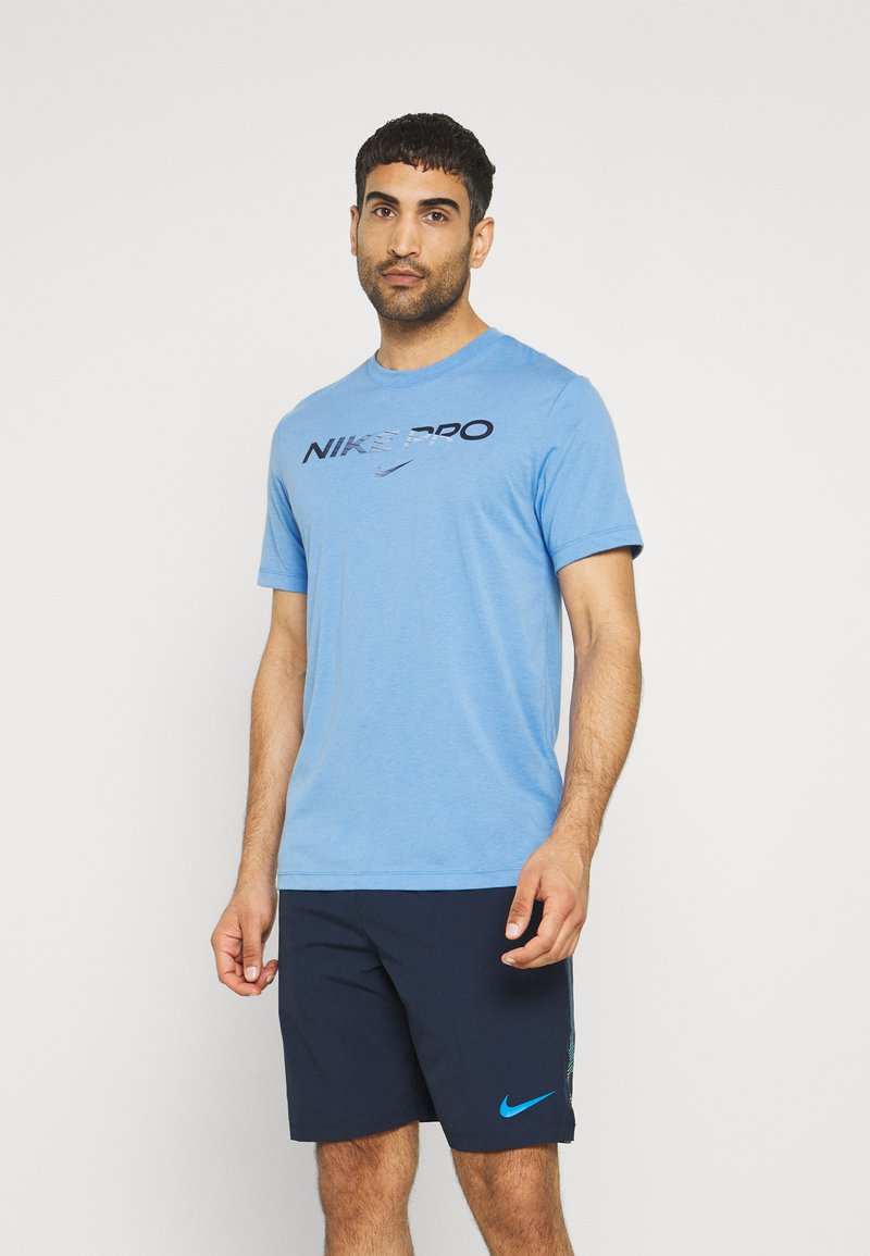 Nike Performance - TEE PRO - Print T-shirt - coast/obsidian