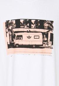 adidas Originals - PHOTO TEE - Print T-shirt - white - 5