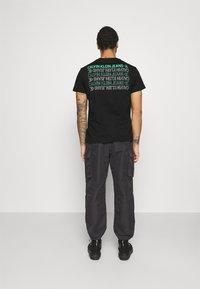 Calvin Klein Jeans - CK REPEAT TEXT GRAPHIC TEE UNISEX - Triko spotiskem - black - 2