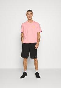 adidas Originals - FRONT BACK TEE - T-shirt imprimé - glory pink/yellow - 1