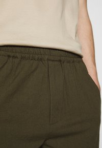 Folk - DRAWCORD ASSEMBLY PANT - Kalhoty - olive - 6