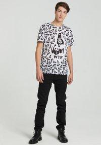 Mr. GUGU & Miss GO - Print T-shirt - white - 3