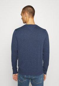 Tommy Hilfiger - BLEND CREW NECK - Stickad tröja - blue - 2