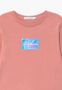 Calvin Klein Jeans - MONOGRAM BADGE SLIM - Maglietta a manica lunga - pink - 2