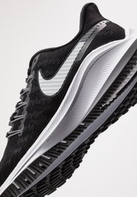 Nike Performance - AIR ZOOM VOMERO  - Zapatillas de running neutras - black/white/thunder grey - 5