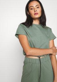 Even&Odd - SET - Sweatshirt and Short - Kraťasy - green - 4