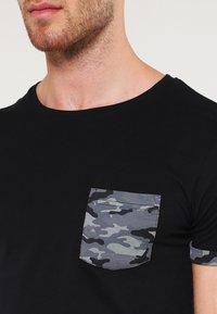 Urban Classics - Print T-shirt - dark camo - 3