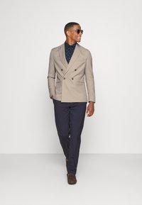 Isaac Dewhirst - UNISEX - Blazer jacket - beige - 1