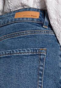 TOM TAILOR DENIM - MOM FIT - Jeans a sigaretta - mid stone bright blue denim - 4
