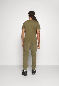 Hummel - HMLKIRBY - T-shirt med print - burnt olive - 2