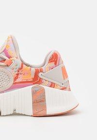 Nike Performance - FREE METCON 4 - Treningssko - desert sand/metallic copper/crimson bliss/summit white - 5