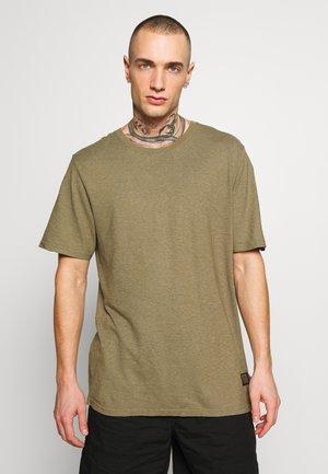 CLASSIC STANDARD FIT TEE - T-shirts print - covert green