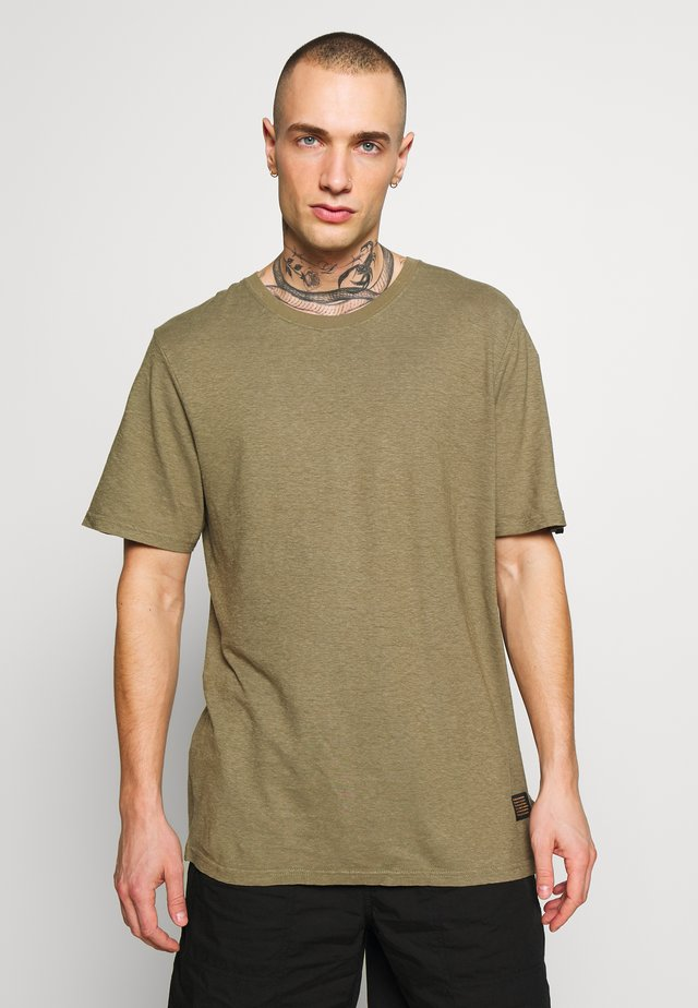 CLASSIC STANDARD FIT TEE - T-shirt con stampa - covert green