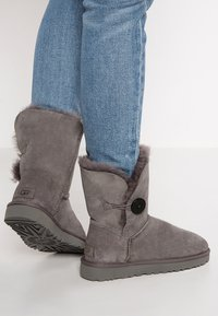 UGG - BAILEY BUTTON II - Classic ankle boots - grey - 0