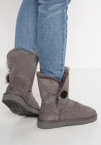 UGG - BAILEY BUTTON II - Kotníkové boty - grey - 0