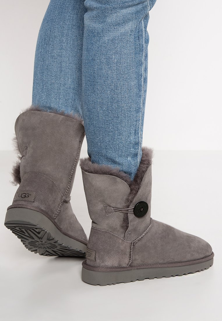 UGG - BAILEY BUTTON II - Kotníkové boty - grey