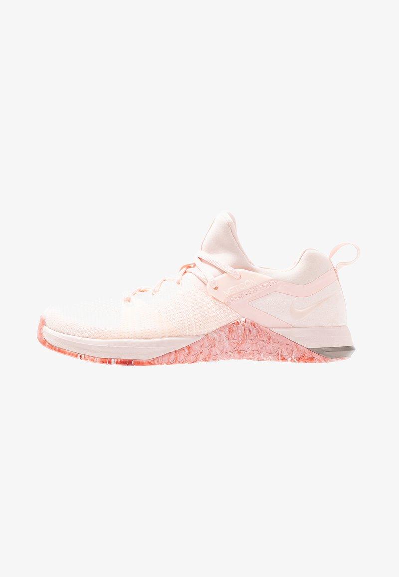Nike Performance - METCON FLYKNIT 3 - Kuntoilukengät - echo pink/cedar/white/metallic dark grey