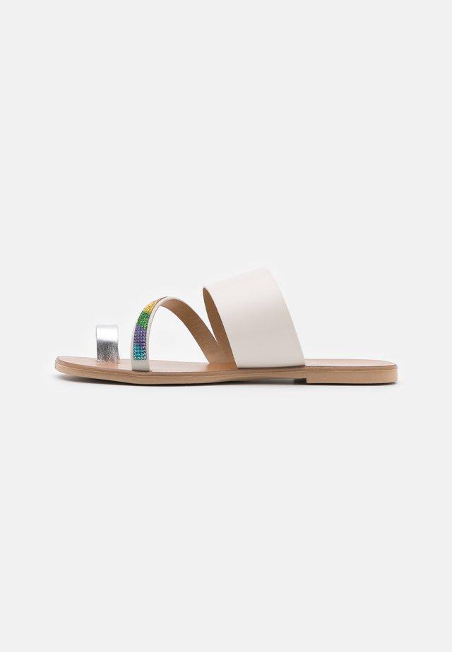 DAWN RAINBOW - Sandály s odděleným palcem - bone