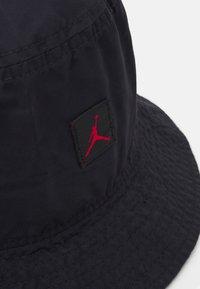 Jordan - BUCKET WASHED UNISEX - Hattu - black/gym red - 3