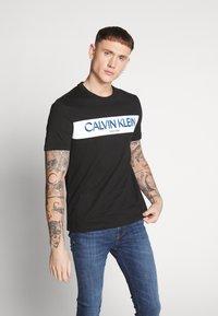 Calvin Klein - STRIPE LOGO - Print T-shirt - black - 0