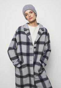 Filippa K - CORINNE HAT - Čepice - warm grey - 0
