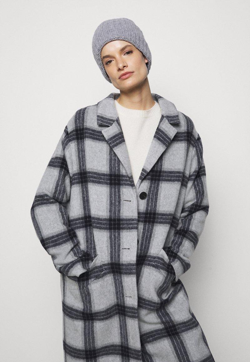 Filippa K - CORINNE HAT - Čepice - warm grey
