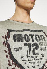Key Largo - MOTOR CITY ROUND - Print T-shirt - green - 4