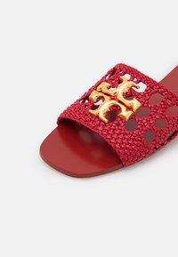 Tory Burch - ELEANOR WOVEN FLAT SLIDE - Pantofle - tory red - 6