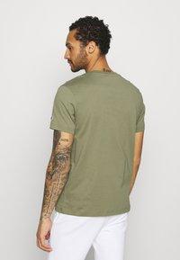 Champion Rochester - CREWNECK  - T-shirt imprimé - olive - 2