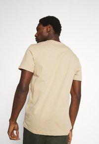 Lyle & Scott - V NECK - T-shirt - bas - sand storm - 2