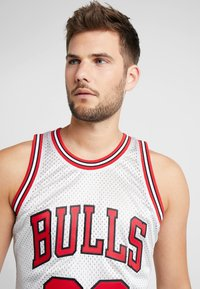 Mitchell & Ness - NBA CHICAGO BULLS PLATINUM SWINGMAN SCOTTIE PIPPEN - Squadra - silver - 3