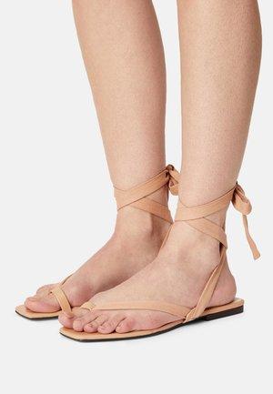 BROOKE - Sandály s odděleným palcem - camel