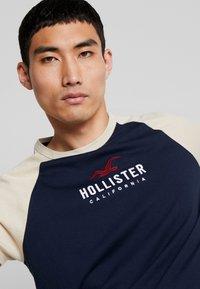 Hollister Co. - Triko spotiskem - navy - 3
