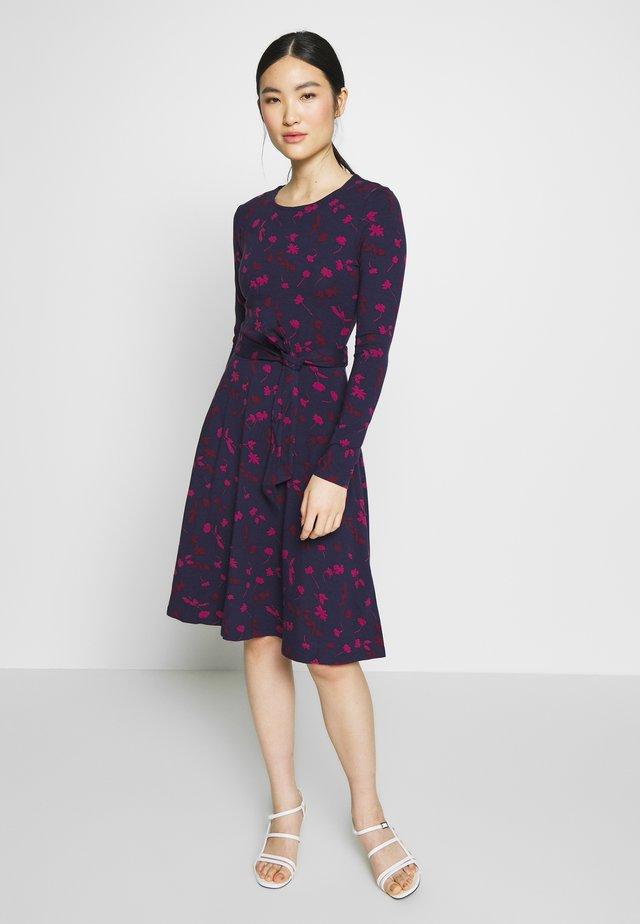 MONICA - Žerzejové šaty - berry