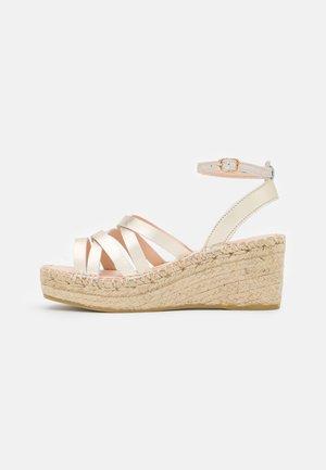 Sandály na platformě - gold