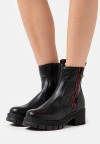 Buffalo - MAZIE - Platform ankle boots - black - 0