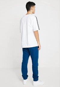 adidas Originals - TREFOIL PANT UNISEX - Tracksuit bottoms - legmar - 2