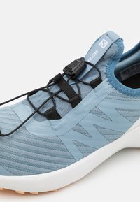 Salomon - SENSE FLOW UNISEX - Zapatillas de trail running - ashley blue/white/almond cream - 5
