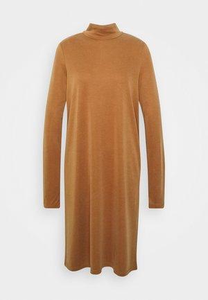 PCBAMALA TNECK DRESS - Žerzejové šaty - mocha bisque