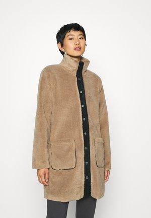 KABRITT COAT - Zimní kabát - woodsmoke
